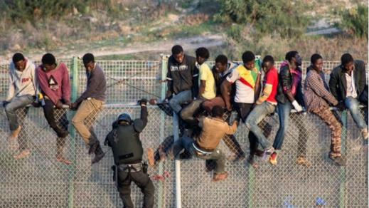 القوات المغربية والاسبانية تمنعان عبور 300 مهاجر أفريقي إلى مليلية