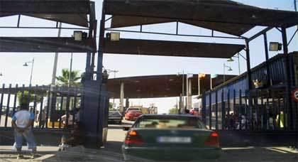 """الحكومة الإسبانية تؤكد أن معبر مليلية يعيش """"هدوءا نسبيا"""" بفضل المغرب"""