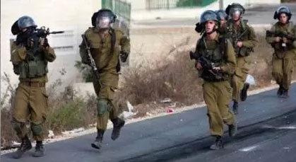 بالفيديو: حاصره أربعة جنود إسرائيليين فحايلهم على طريقة ميسي.. وهرب