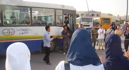 مواطنون يحتجون على شركتي النقل الحضري بوجدة للحصول على بطائق الانخراط