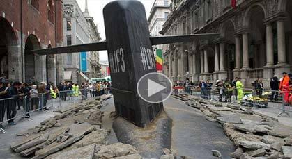 غواصة تخترق شوارع ميلانو الإيطالية
