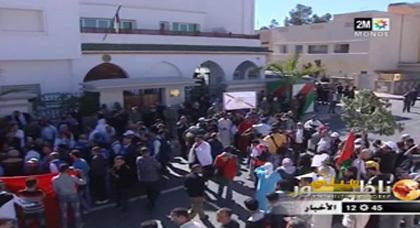 بالفيديو... مواطنون بمدينة وجدة يحتجون أمام القنصلية الجزائرية ويؤكدون مغربية الصحراء