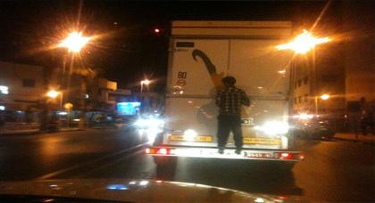 بالفيديو... مراهقٌ يتشبّثُ بعربةٍ مجرورةٍ بحافلة في مغامرة طُرقيّة خطيرةٍ بالنّاظور