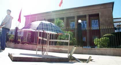 صورة اليوم : حفرة أمام قبة البرلمان