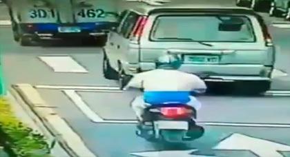 فيديو مخيف لسيارة طائرة كادت أن تفصل رأس سائق دراجة نارية