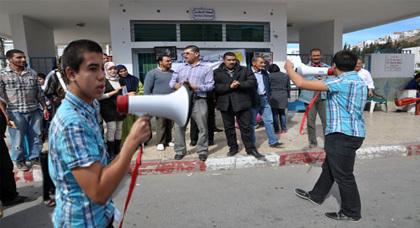 حناجرٌ ناظوريّة تطالبُ برحيلِ الوردي مِـنْ وزارةِ الصحّة أمام المستشفى الحسني