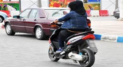 صورة اليوم : لا فرق بين الرجل والمرأة.. سيدة تسوق دراجة نارية بإحدى شوارع مدينة الناظور