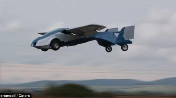 الحلم أصبح حقيقة.. سيارة تطير في الجو عند ازدحام المرور