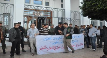 معطلو الناظور في وقفة احتجاجية أمام مقر عمالة الناظور للمطالبة بتحقيق ملفهم المطلبي