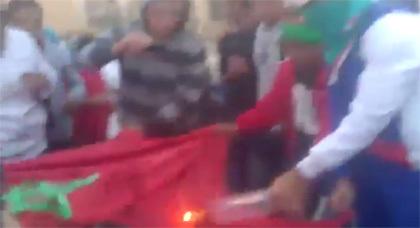 بالفيديو.. الجزائريون ينفجرون حقدا على المغرب.. ويحرقون علنا الراية الوطنية