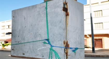 صورة اليوم: علبة كهربائية مرممة بواحدة من أشهر عمليات الترقيع بمدينة النّاظور
