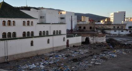 صورة اليوم : هكذا تتحول الواجهة الخلفية لأكبر مسجد بمدينة الناظور إلى مزبلة حقيقية