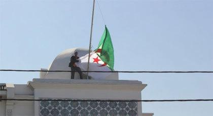 شهران موقوفا التنفيذ لنعناع الذي أنزل العلم الجزائري