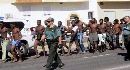 اعتقال مهاجرين سريين من أصل إفريقي هجموا على باب سبتة المحتلة