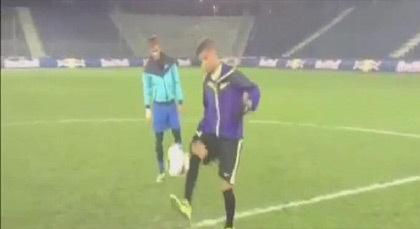 """بالفيديو.. """"موهوب"""" مغربي.. """"يعلّم"""" نيمار مهارات كرة القدم"""