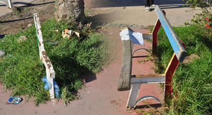 كراسي عمومية بساحة قرب كورنيش الناظور تعرضت للتخريب دون العَوْدِ لإصلاحها
