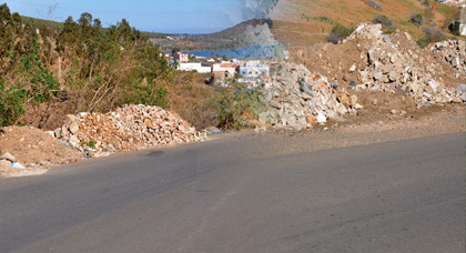 غرباء يرمون بالأزبال والنفايات بحي إكُونَافْ الشمالي بالناظور والسكان هم الضحايا