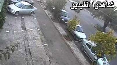 بالفيديو.. شخص أراد سرقة دراجة نارية فاكتشفه الحراس