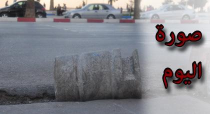 مواطن يحتج على وضعية الطرق بالناظور بوضع حجرة إسمنتية في حفرة