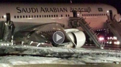 بالفيديو.. طائرة سعودية تهبط اضطرارياً دون عجلات