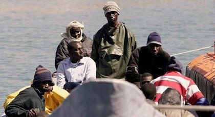 اعتقال 30 افريقي باحد منازل بوعرك وحجز زورق معَد للهجرة السرية