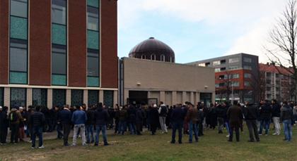 حشد كبير من المصلين بمسجد الأمة بأمستردام في جنازة طارق الإدريسي
