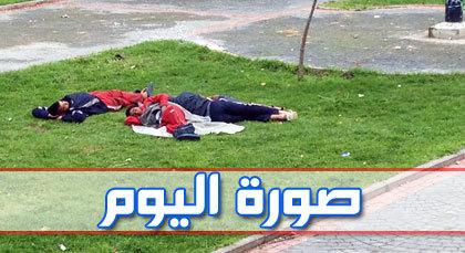 صورة اليوم : قيلولة في حديقة عمومية لمتشرديْن لا مأوى ولا ملجأ لهما