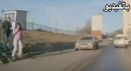 سيارة تصدم شابة أثناء تحدثها في الجوال