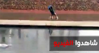شاب مغربي يمارس هواية الغطس في الشارع العام