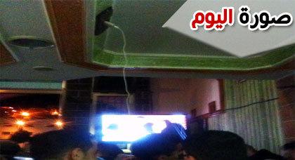 صورة اليوم : في سبيل عدم تفويت لقطة واحدة من المباراة.. متفرج يشحن هاتفه بطريقة عجيبة