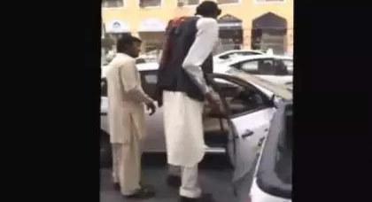 بالفيديو: كيف يركب أطول رجل في العالم التاكسي