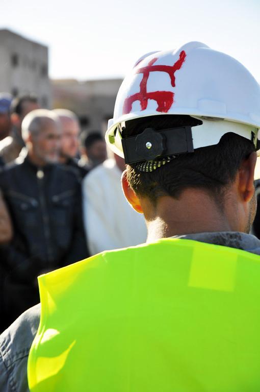 """صورة اليوم : حرف """"الزاي"""" يزين طاقيات عمال البناء بعد كان مقتصرا على الملابس"""