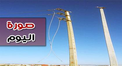 صورة اليوم : عمود كهربائي يتدلى منها خيطان واحتمالات الخطورة واردة