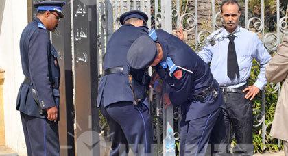 شرطي ناظوري يربط نفسه بسلسلة حديدية احتجاجا على طرده التعسفي من العمل