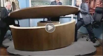 فيديو.. مشاجرة حامية بين صحافيين مباشرة على الهواء
