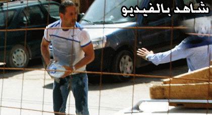 بالصوت والصورة: شخص يحاول إحراق نفسه بأزغنغان احتجاجاً على حكم بالإفراغ
