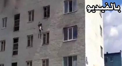 بالفيديو.. أم تضطر لإلقاء طفليها من الطابق الرابع