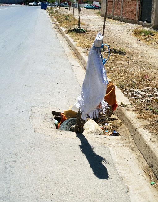 صورة اليوم : عمود براية بيضاء لتنبيه المارة على مجرى للصرف الصحي بدون بلوعة