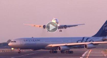 بالفيديو.. طائرتان على وشك الاصطدام في مطار ببرشلونة