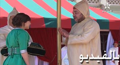 الملك يصفق للتلميذة الريفية نجاة بورحيل ويوشحها بوسام من الدرجة الأولى