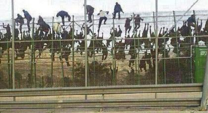 مهاجرون سريون أفارقة بالمئات يكررون اقتحام سياج مليلية وعنصر واحد يتمكن من ولوج المدينة