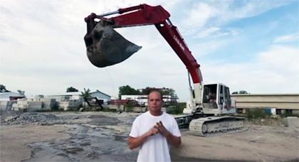 """أراد تصوير فيديو """"دلو الماء المثلج"""" بجرافة ضخمة فانظر ماذا حصل له"""