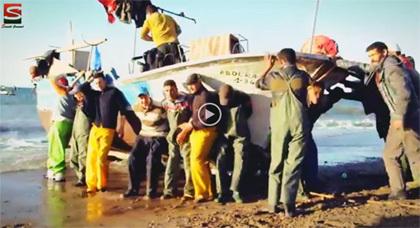 بالفيديو.. شاهدوا طريقة إدخال قوارب الصيد التقليدي إلى شاطئ بويفار