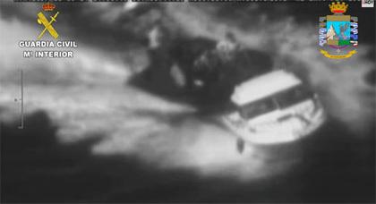 شاهدوا .. الحرس المدني الإسباني يطارد بسواحل مليلية قارب مخدرات مغربي بطريقة هوليودية