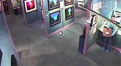 شاهدوا لص يسرق لوحة من معرض دون أن يلاحظه أحد