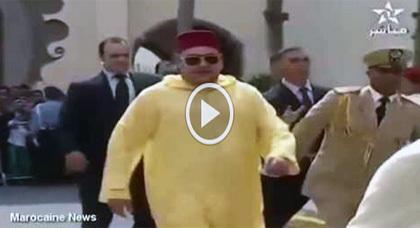 شاهدوا.. حركة مربكة غريبة من حراس الملك بعد خروجه من المسجد