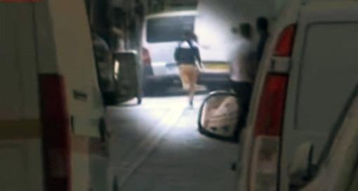 مهاجر مغربي يسرق امرأة بليل الفرنسية تزامنا مع إجراء روبرطاج عن الأمن بالمنطقة
