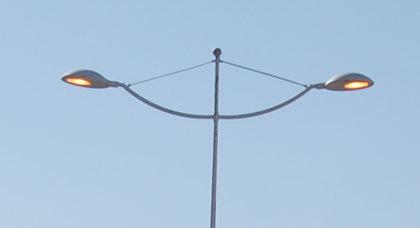 أضواء دائمة الانارة بالسعيدية تهدد بإستنزاف الطاقة وهدر المال العام