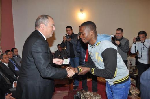 بلاغ صحفي حول تسليم بطائق للأجانب