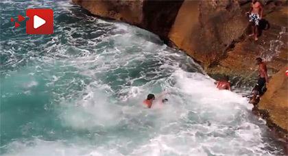 """أحد هوّاة السباحة بالمنطقة الخطرة """"لاروشي"""" بشاطئ راس الماء يفلح في إنقاذ شابّ من الغرق"""